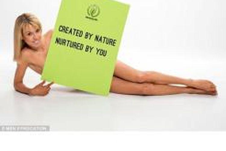 Julie Neville tampil dalam iklan untuk peluncuran toko kesehatannya yang baru.