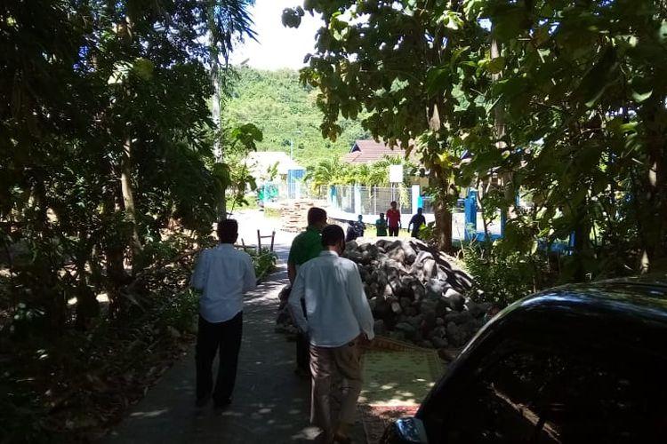 Sejumlah perangkat desa di Kalurahan Srimulyo, Kapanewon Piyungan, Kabupaten Bantul, Daerah Istimewa Yogyakarta (DIY) memblokade jalan masuk ke pabrik PT Indonesia Green Packaging (IGP) sebagai bentuk protes karena PT Yogyakarta Isti Parama (YIP) tak juga membayar sewa tanah desa selama tiga tahun (2018-2020), Rabu (21/4/2021). PT IGP adalah satu-satunya pabrik yang telah berdiri di Kawasan Industri Piyungan (KIP) yang dikelola PT YIP.