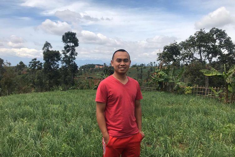 Ujang Margana (25), petani asal Cimenyan, Kabupaten Bandung, tengah mengecek kebun bawang miliknya, belum lama ini.