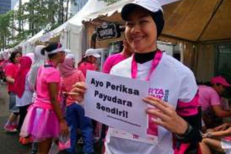 Alya Rohali berpartisipasi dalam kegiatan lari Jakarta Goes Pink, di Komplek Altira Business Park, Sunter, Jakarta Utara, Minggu (9/10/2016).