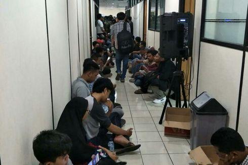 Jelang Batas Penghapusan Denda, Wajib Pajak Lesehan di Samsat Jakbar