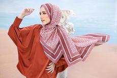 Gaya Anggun Adelia Pasha dengan Hijab Motif Floral dan Monogram