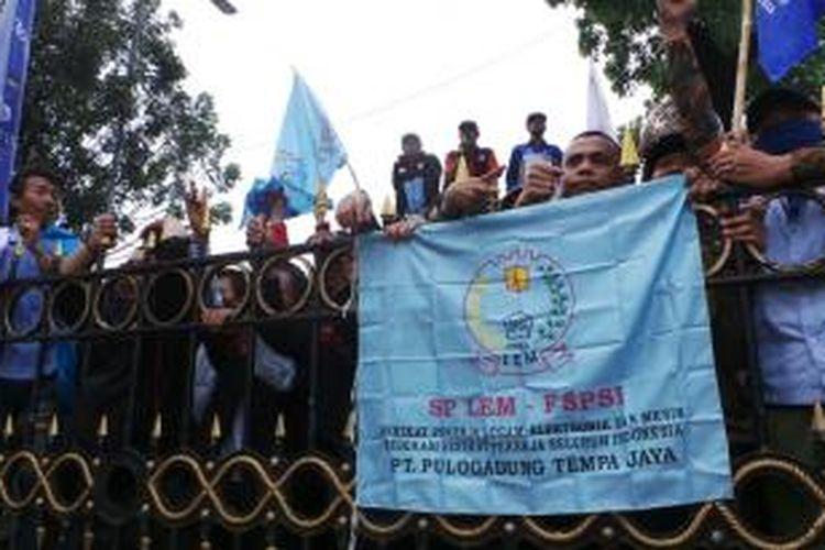 Buruh kembali berunjuk rasa di depan Balaikota Jakarta, Kamis (31/10/2013). Mereka mendesak Gubernur DKI Jakarta Joko Widodo untuk menaikkan upah minimum provinsi menjadi Rp 3,7 juta.