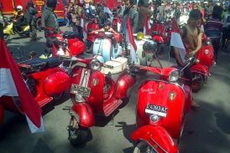 Dalam rangka memperingati HUT RI ke-68, tak kurang dari 1000 Vespa tua yang tergabung dalam Vespa Antique Club (VAC) melakukan pawai berkeliling kota Bandung, Sabtu (17/8/2013)