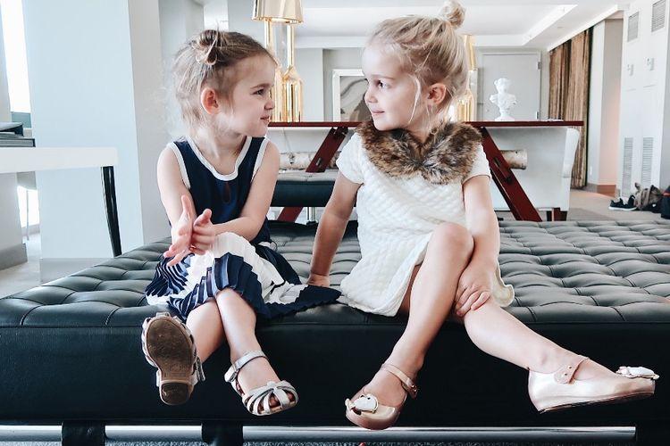 Si kembar Emma dan Mila yang terkenal di Instagram.