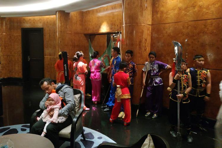 Sejumlah anak-anak menggunakan perlengkapan wushu pada pernikahan Achmad Hulaefi dan Lindswell Kwok, di Hotel Ayana Midplaza, Jakarta, Minggu (9/12/2018).