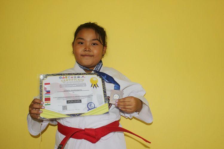 Zahira Nurdinata (8), siswa sekolah dasar di Cianjur, Jawa Barat, meraih medali perunggu di ajang International Festival Virtual Karate Championship 2021.