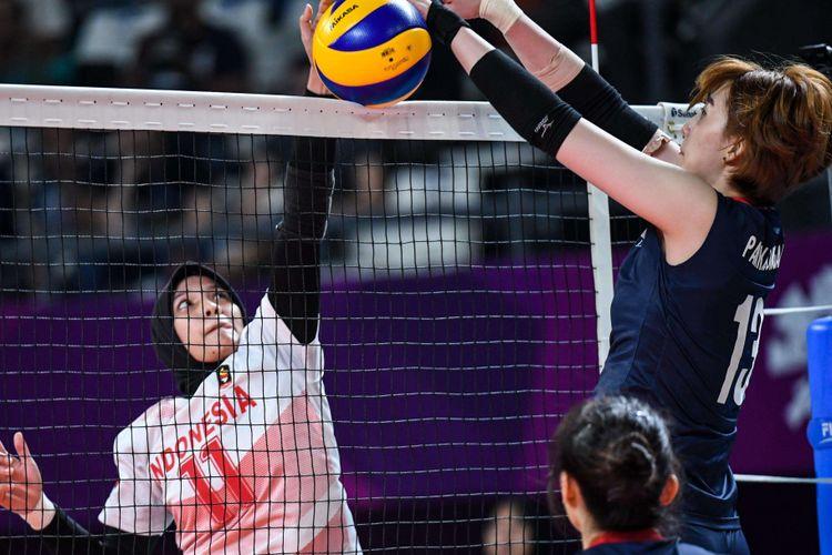 Pebola voli Indonesia memblok smash dari pemain Korea Selatan pada pertandingan babak perempatfinal bola voli putri Asian Games 2018 di Tennis Indoor Senayan, Jakarta Pusat, Rabu (29/8/2018). Tim voli Korea Selatan menang dan melanjutkan ke semifinal.