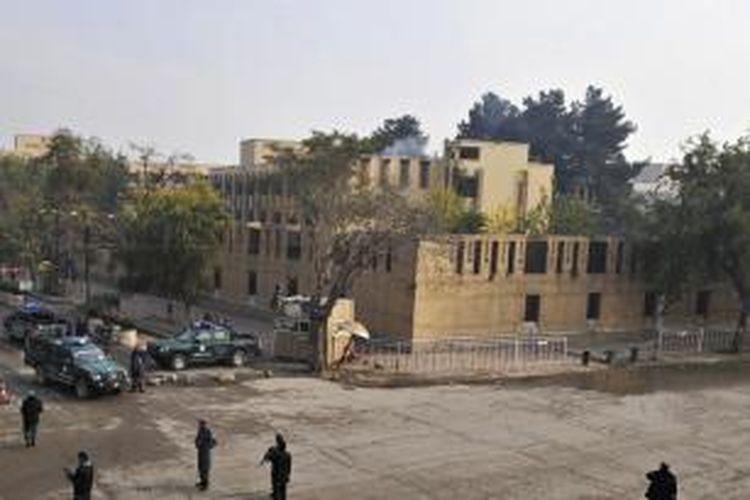 Anggota kepolisian Afganistan menjaga di sekitar Hotel Serena, Kabul yang diserang orang bersenjata dan menewaskan sembilan  orang. Dinas intelijen Afganistan menuding intelijen Pakistan terlibat dalam serangan maut itu.
