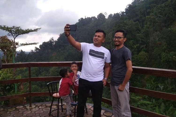 Wisatawan bersawa foto di Gunung Salak, Kecamatan Nisam Antara, Aceh Utara, Minggu (7/6/2020)