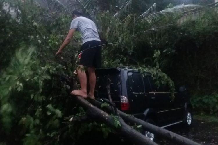 Sebuah mobil tertimpa pohon di Perumahan Griya Melati Mas, Jatimulya, Cilodong, Kota Depok, Selasa (21/9/2021)