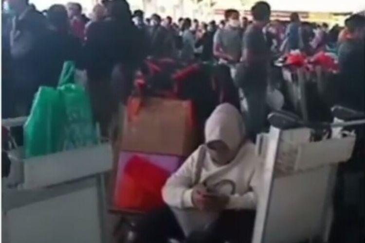 Lonjakan penumpang di Bandara Internasional Sultan Hasanuddin Makassar beredar di media sosial, Rabu (28/10/2020).