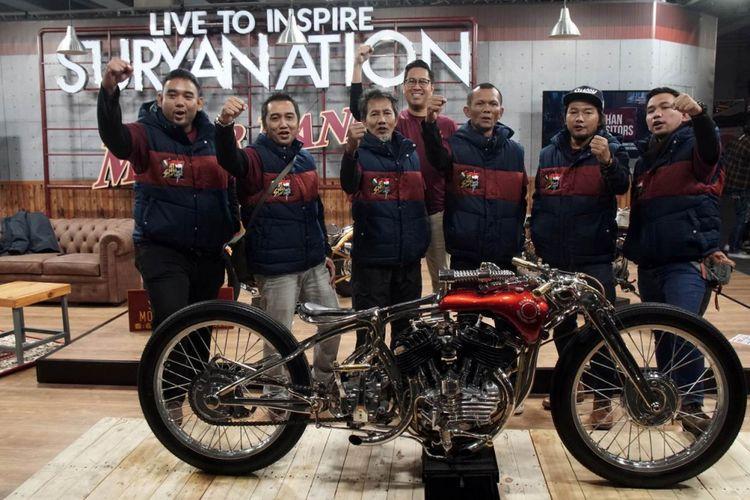 Tim Suryanation Motorland berfoto di depan Iconic Bike Suryanation Motorland 2018 ?Tosan Adji? yang berhasil masuk tiga besar The King of Motor Bike Expo di Verona Italia.