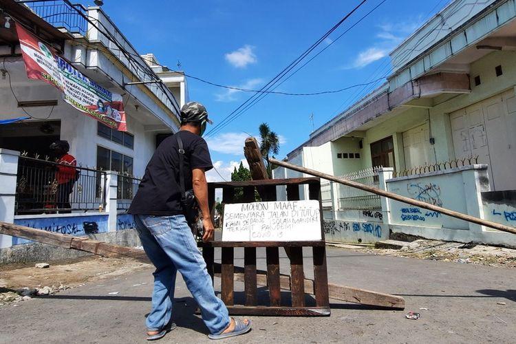 Kampung Sambongpari, Kecamatan Mangkubumi, Kota Tasikmalaya, diisolasi seusai ada 16 warga positif seusai pulang rombongan berwisata dari Pangandaran, Jawa Barat, Minggu (20/6/2021).