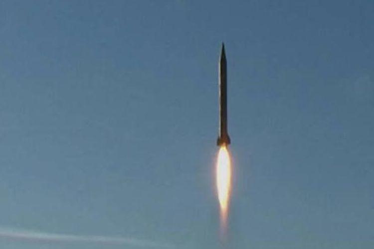 Foto yang dirilis pada 8 Maret 2016 oleh Sepah News dari Garda Revolusi Iran, memperlihatkan peluncuran rudal balistik dalam uji coba di lokasi yang dirahasiakan.