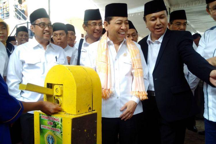 Pengasuh Pondok Pesantren Sabilil Muttaqin Magetan, Gus Amik (kanan) menunjukkan hasil karya para santri membuat mesin pemotong ubi kepada Ketua DPR RI, Setya Novanto di Magetan, Jawa Timur, Rabu (14/6/2017).