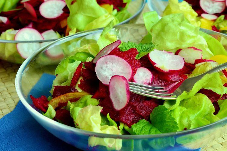 Contoh penyajian buah bit merah, yakni dengan dijadikan salad.
