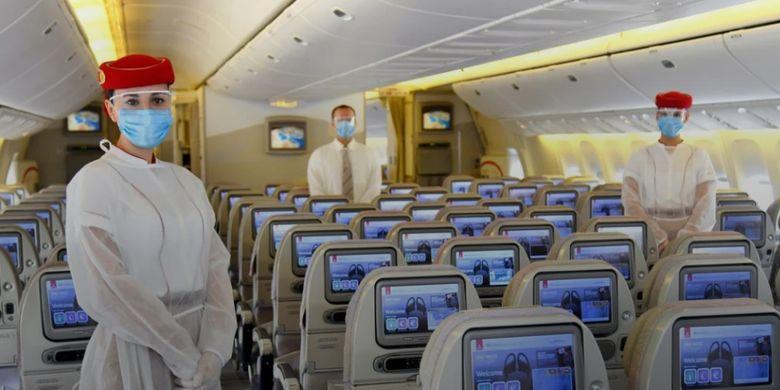 Awak kabisn Emirates gunakan alat pelindung diri saat bertugas di pesawat