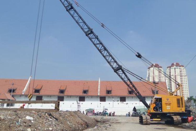Selasa (26/7/2016), sejumlah alat berat mulai diturunkan untuk pembangunan tanggul di kawasan Pasar Ikan, Penjaringan, Jakarta Utara