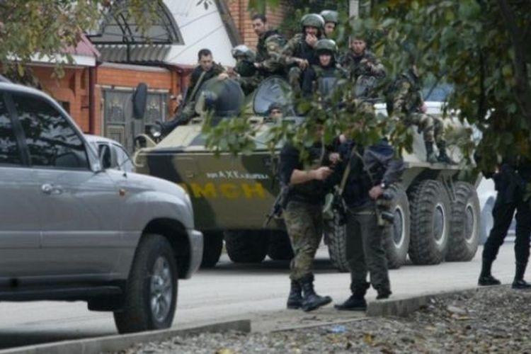 Aparat keamanan Rusia mengepung sebuah bangunan di ibu kota Chechnya, Grozny setelah sekelompok orang menyerang sebuah pos polisi dan menewaskan lima orang petugas polisi.