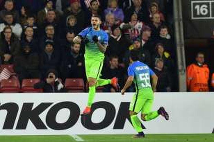 Penyerang Inter Milan, Mauro Icardi (kiri), merayakan gol ke gawang Southampton pada ajang Liga Europa, di Stadion St Mary, Kamis (3/11/2016) waktu setempat.