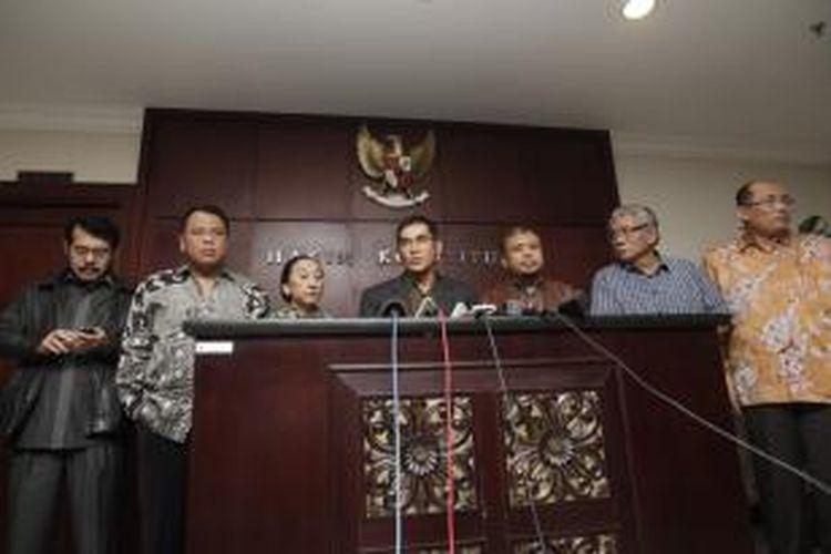Wakil Ketua Mahkamah Konstitusi Hamdan Zoelva (tengah) didampingi sejumlah Hakim Konstitusi yaitu Anwar Usman, Arief Hidayat, Maria Farida Indrati, Patrialis Akbar, Harjono (kiri ke kanan) dan Sekretaris Jenderal Mahkamah Konstitusi Janedjri M Gaffar (kanan) memberikan keterangan pers terkait operasi tangkap tangan yang dilakukan KPK di Mahkamah Konstitusi Jalan Medan Merdeka Barat, Jakarta Rabu (2/10/2013). KPK telah menangkap ketua MK Akil Mochtar.