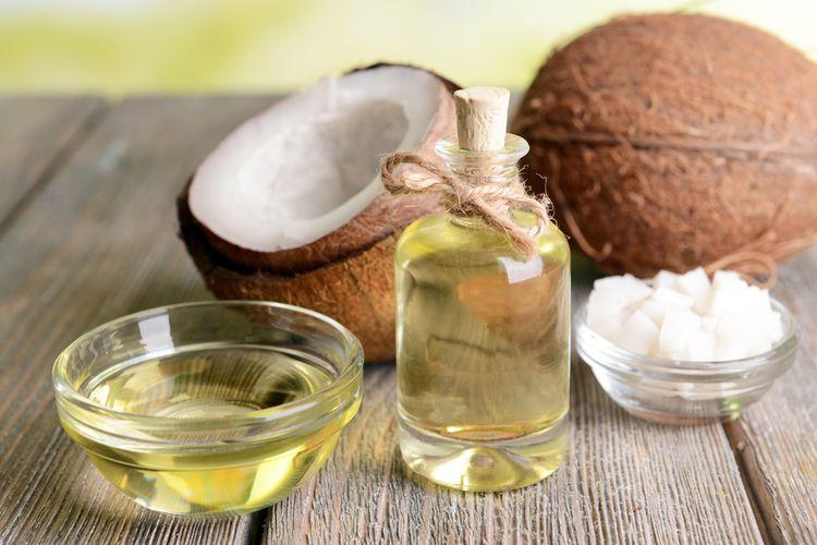 Minyak kelapa bisa digunakan sebagai bahan untuk menghilangkan ketombe secara alami.