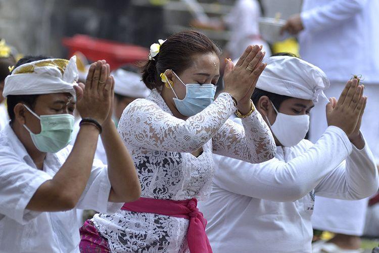 Umat Hindu bersembahyang saat Hari Raya Galungan di Pura Jagatnatha, Denpasar, Bali, Rabu (16/9/2020). Perayaan Hari Raya Galungan yang merupakan hari kemenangan kebenaran (Dharma) atas kejahatan (Adharma) tersebut diikuti umat Hindu di Pulau Dewata dengan tetap menerapkan protokol kesehatan secara ketat untuk mencegah penyebaran pandemi COVID-19.