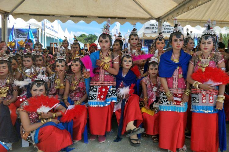Para Penari Lengko saat menunggu giliran tampil di parade kebudayaan bahari, Wonderful Festival and Expo 2017 atau Wakatobi Wave 2017 di Pelabuhan Panggulubelo, Pulau Wangi-wangi, Kabupaten Wakatobi, Provinsi Sulawesi Tenggara, Sabtu (11/11/2017).
