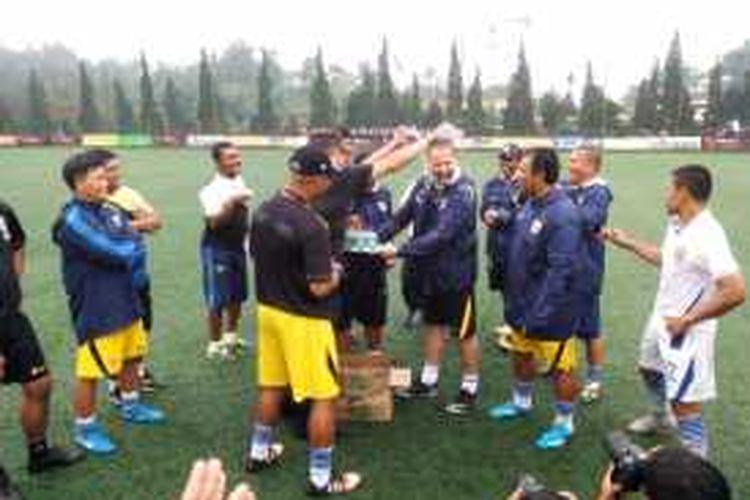 Pelatih Persib Bandung Dejan Antonic saat mendapat kejutan dihari ulang tahunnya yang ke-47 usai memimpin Persib latihan di kawasan Parongpong, Kabupaten Bandung Barat, Jawa Barat, Jum'at (22/1/2016)