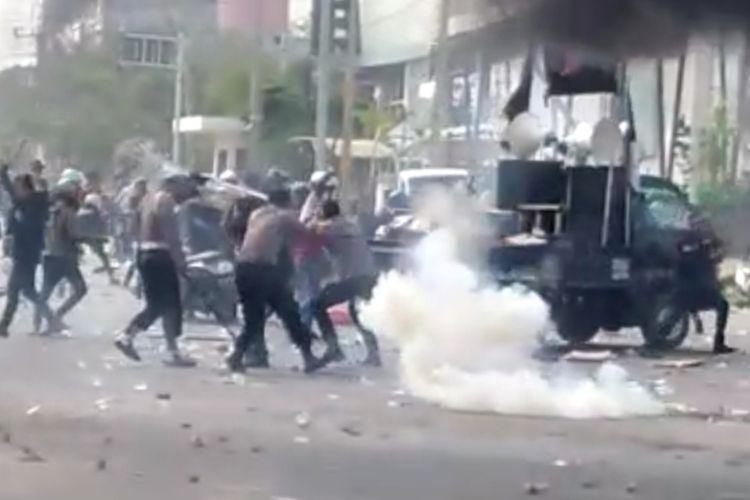 Aksi unjuk rasa di Kawasan pusat perdagangan di Kendari berakhir anarkis di pusat perdagangan, dua polisi terluka dan lima pendemo diamankan