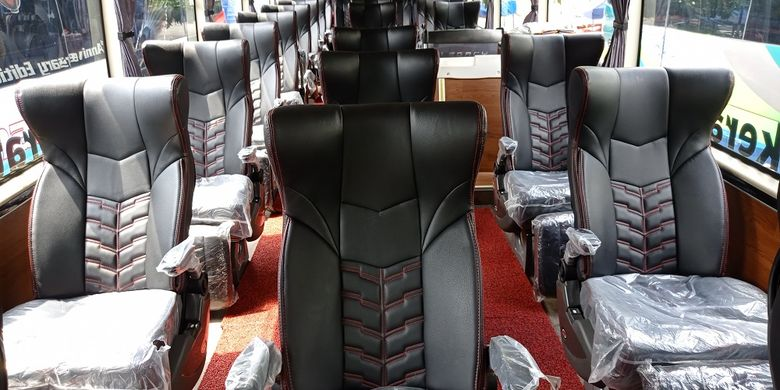 Bagian dalam bus PO Putera Mulya sudah menerapkan social distancing yaitu tempat duduk social sendiri-sendiri.