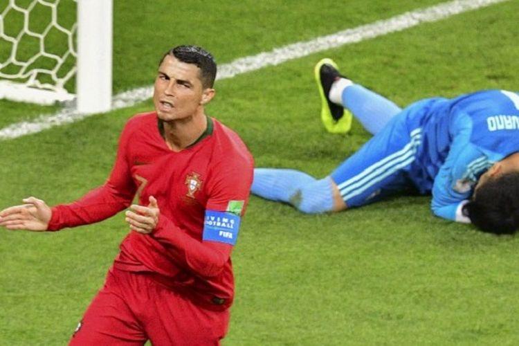 Sepakan kapten Portugal, Cristiano Ronaldo, bisa diamankan kiper Iran, Alireza Beiranvand, pada pertandingan Grup B Piala Dunia 2018 di Saransk, 25 Juni 2018.