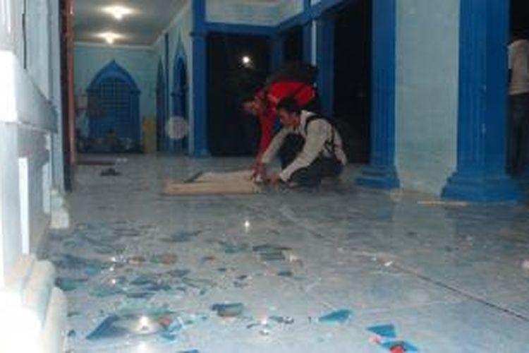 Tampak pecahan kaca Masjid Ponpes Darus Sholihin Desa Puger Kulon Kecamatan Puger Jember Jawa Timur, masih berserakan usai dirusak massa, Rabu (11/9/13)