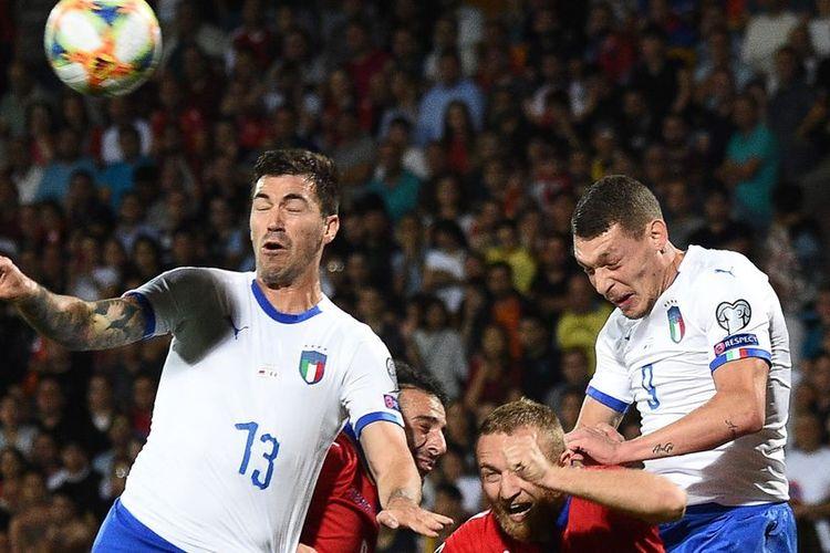 Varazdat Haroyan (tengah) kalah bersaing dalam duel udara dengan Alessio Romagnoli dan Andrea Belotti dalam pertandingan Armenia vs Italia pada kualifikasi Euro 2020 di Yerevan, 5 September 2019.