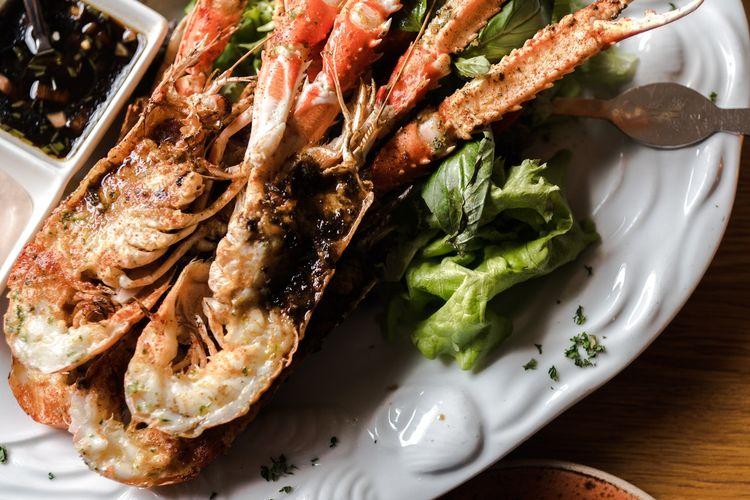 Ilustrasi sajian lobster.