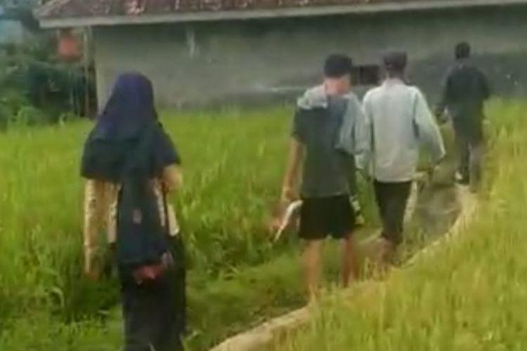 Warga Kampung Sukaruji, Kecamatan Rajapolah menggerebek sejoli SMP berbuat mesum di gubuk tengah pesawahan pada Kamis (11/2/2021).