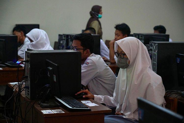 Siswa mengikuti Ujian Nasional Berbasis Komputer (UNBK) di SMK Negeri 2 Yogyakarta, Jetis, DI Yogyakarta, Senin (16/3/2020). Pelaksanaan UNBK di Yogyakarta tetap diselenggarakan di tengah pandemi COVID-19 dengan protokol pencegahan sebagai antisipasi penularan COVID-19.