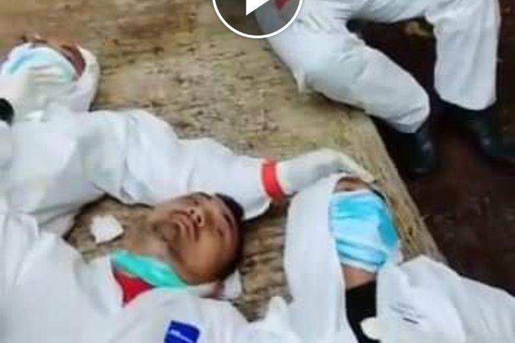 Potongan gambar dari akun Facebook Kabid Kesehatan Masyarakat Dinas Kesehatan Kabupaten Ciamis, Eni Rochaeni, memperlihatkan sejumlah tenaga kesehatan sejenak beristirahat usai memakamkan jenazah pasien Covid-19.