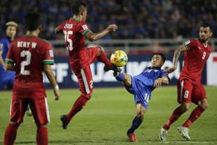 Pemain Indonesia Manahati Lestusen (kedua kiri) berebut bola dengan pemain Thailand Chanathip Songkrasin (biru) dalam laga final Piala AFF 2016 di Stadion Rajamangala, Bangkok, Thailand, Sabtu (17/12/2016). Dalam leg kedua ini Thailand menang 2-0 atas Indonesia. AP PHOTO / WASON WANICHAKORN