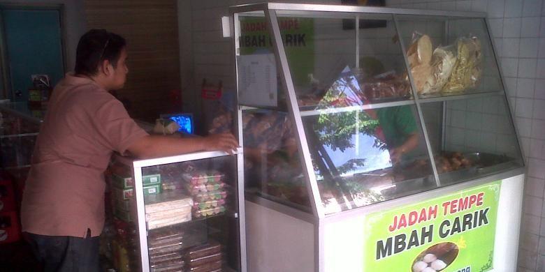 Jadah tempe mbah carik cabang Kalirang di jalan Gejayan,masih tetap di buru konsumen meski harga naik