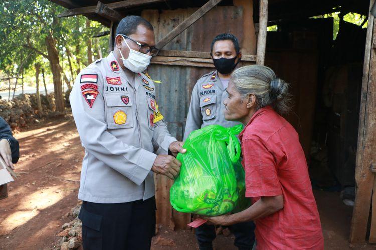 Brigjen Pol Johni Asadoma, saat memberikan bantuan sembako dan uang tunai kepada Selpina Pian (54), warga Dusun Oehau, Desa Noelbaki, Kecamatan Kupang Tengah, Kabupaten Kupang, Minggu (3/5/2020) sore