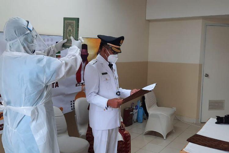Wakil Wali Kota Depok terpilih periode 2021-2026, Imam Budi Hartono, membacakan sumpah jabatan dari kamar isolasi Covid-19 di rumah sakit dalam prosesi pelantikan secara daring, Jumat (26/2/2021).
