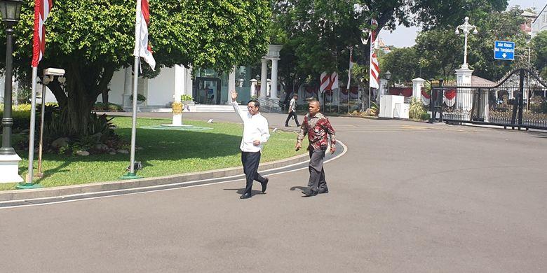 Mantan Ketua Mahkamah Konstitusi Mahfud MD mendatangi Istana Kepresidenan Jakarta, Senin (21/10/2019). Ia datang menggunakan kemeja putih lengan panjang.