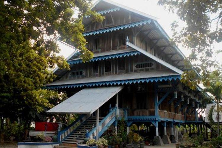 Istana Malige merupakan istana peninggalan sultan buton ke XXXVII. Istana ini merupakan rumah panggung yang mempunyai bentuk empat tingkat