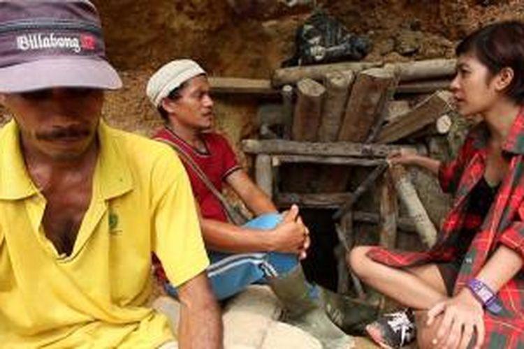Host Explore Indonesia, Dayu Hatmanti berbincang-bincang di Tambang Salido di mulut lubang tambang emas rakyat, Sumatera Barat.
