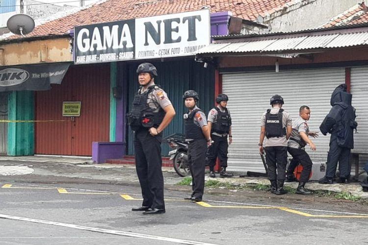 Tim Gegana Brimob Pekalongan bersiap menjinakan benda yang diduga bom di Pantura Brebes Jawa Tengah, Kamis (20/2/2020)