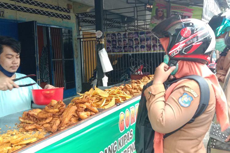 Suasana Eril melayani pembeli di Jalan Muh Hatta, Kabupaten Bulukumba, Sulawesi Selatan. Selasa (8/9/2020).