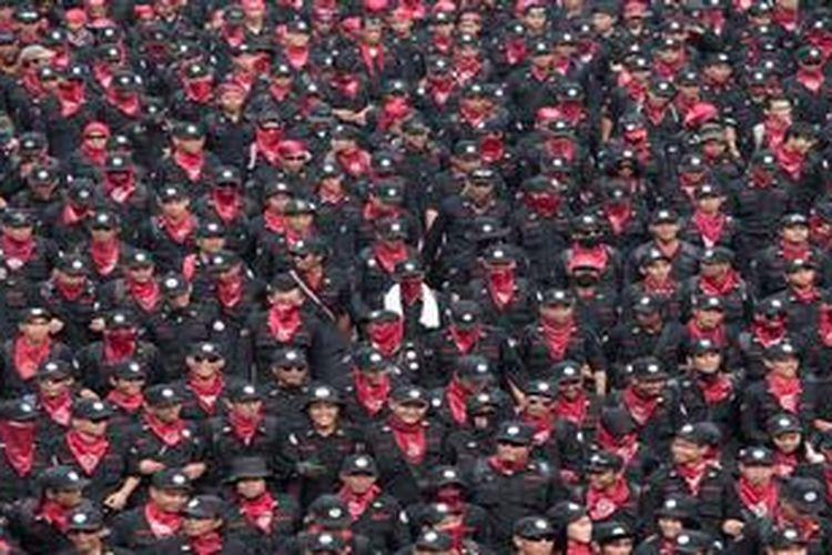 Puluhan ribu buruh dari berbagai daerah memenuhi ruas Jalan Thamrin, Jakarta peringati Hari Buruh Internasional, Rabu (1/5/2013). Buruh menuntut penghapusan sistem kerja kontrak dan mendesak segera dilaksanakan jaminan kesehatan.