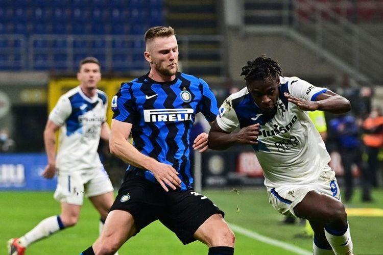 Penyerang Kolombia Atalanta Duvan Zapata (tengah) dan bek Slovakia Inter Milan Milan Skriniar bersaing untuk mendapatkan sundulan selama pertandingan sepak bola Serie A Italia Inter Milan vs Atalanta, pada 8 Maret 2021, di stadion San Siro di Milan.